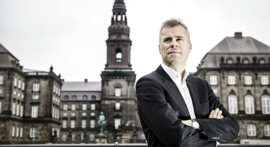 Politisk kommentator, Thomas Larsen foran Christiansborg.