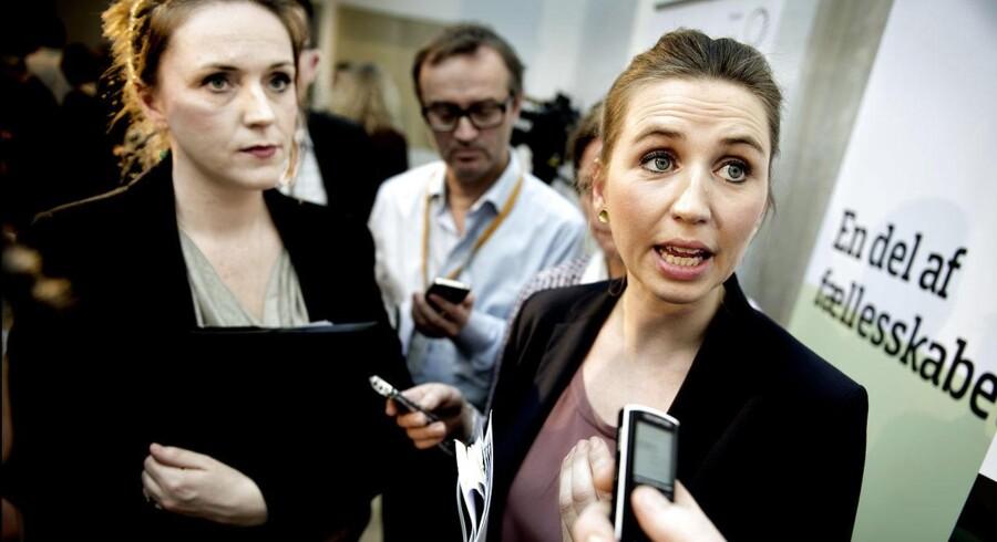 ARKIVFOTO. Socialminister Karen Hækkerup og beskæftigelsesminister Mette Frederiksen præsenterer i 2012 reformen, En del af Fællesskabet, som har medført, at 7.179 færre personer i 2013 kom på førtidspension.