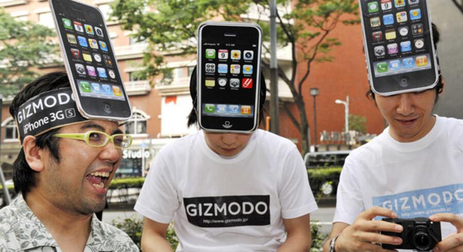 Apples iPhone 3GS blev lanceret i Japan 26. juni, hvor en række indædte Apple-fans tog opstilling foran en forretning i det centrale Tokyo med en passende hovedbeklædning. Foto: Yoshikazu Tsuno, AFP/Scanpix