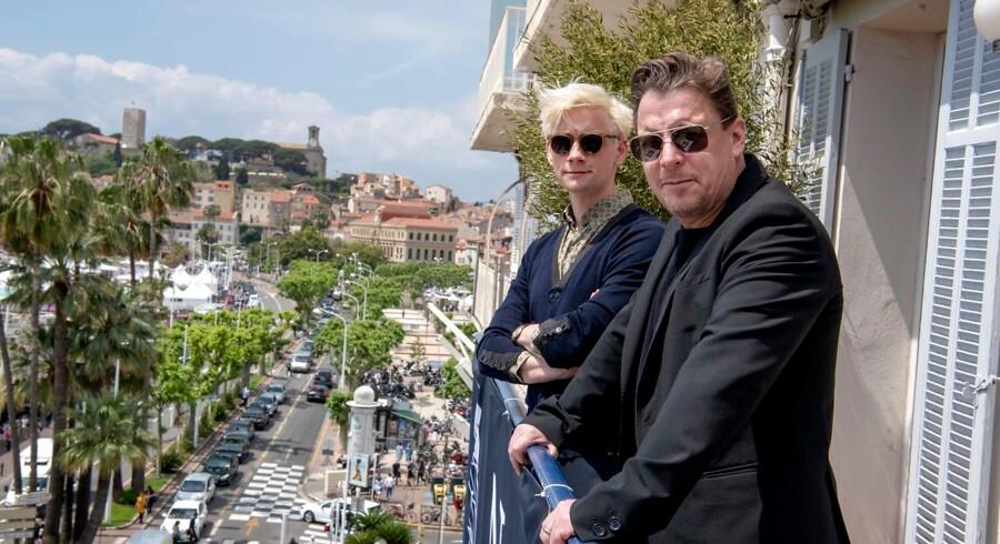 Esben Smed (bagerst) og Anders W. Berthelsen under filmfestivalen i Cannes på et pressemøde, hvor deres deltagelse i Niels Arden Oplevs kommende filmatisering af Puk Damsgaards bog »Ser du Månen, Daniel« blev annoncerert lørdag. . (Foto: THOMAS SJØRUP/Ritzau Scanpix)