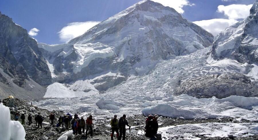 Adskillelige bjergbestigere befinder sig stadig på Mount Everest, hvor 17 personer har mistet livet i en lavine efter jordskælvet i Nepal lørdag. Evakueringen vil tage tid, da lavinen har ødelagt flere ruter på bjerget.