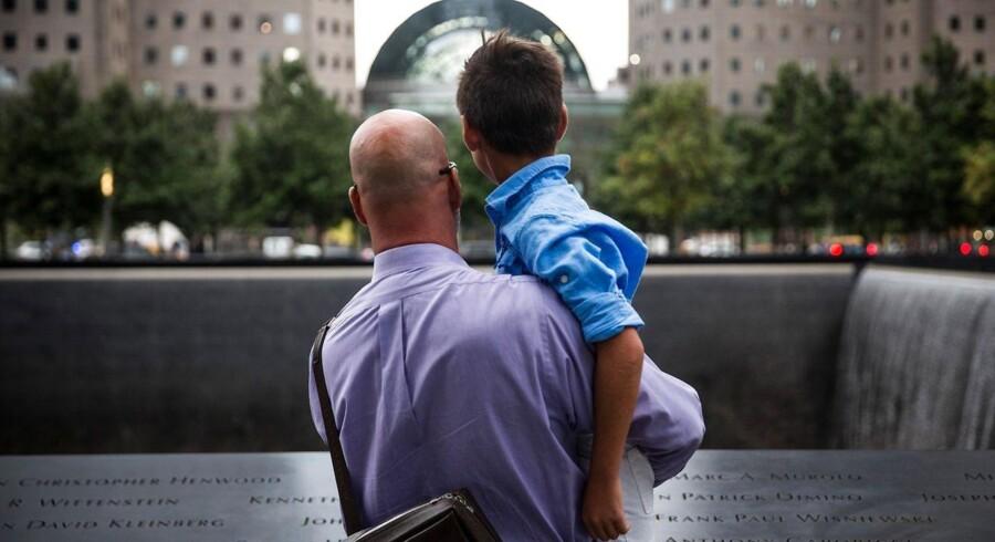 I forbindelse med 14. årsdagen for 11. september-terrorangrebet i USA var der planlagt begivenheder i New York i løbet af dagen for at hylde og ære de civile borgere og brandfolk, der mistede livet.Næsten 3.000 mennesker blev dræbt i New York, Washington DC og Pennsylvania.Her er det Paul Bloess og hans 10 -årige søn Maxavater Bloess i et øjebliks stilhed ved mindestedet for 9/11 i New York. Terroristerne styrede to af flyene ind i World Trade Centers »tvillingetårne« (Twin Towers) i New York.