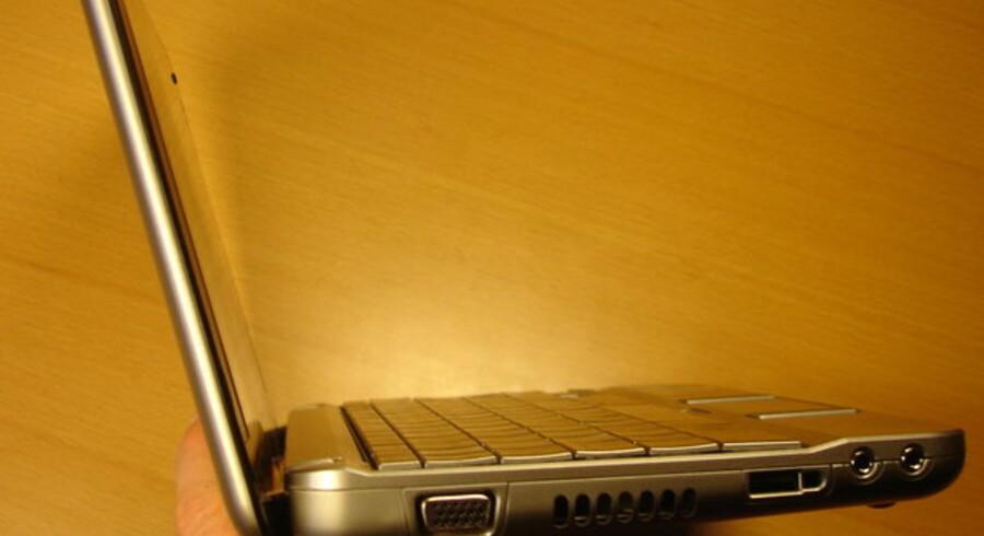 Dobbeltbatteriet giver ekstra timers arbejdstid men giver umiddelbart Mini 2133 et lidt spøjst udseende. Det viser sig dog, at det løfter skærmen så meget, at det giver en behagelig læsehøjde, når man arbejder med Mini 2133 på f.eks. et bord.