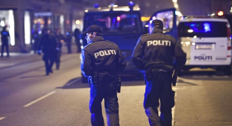 ARKIVFOTO: Politiet er mødt talstærkt op efter et knivstikkeri ved Amagerbro Station, mandag 24. oktober 2011.