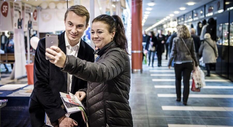 Der er ikke mange kunder i Morten Messerschmidts bod i Rødovre Centrum. Anette lægger dog vejen forbi og tager en selfie: »Min kæreste bliver så misundelig, når han ser billedet.« Anette regner med at stemme nej på torsdag: »Det giver sig selv i forhold til grænseforholdene og sådan.«