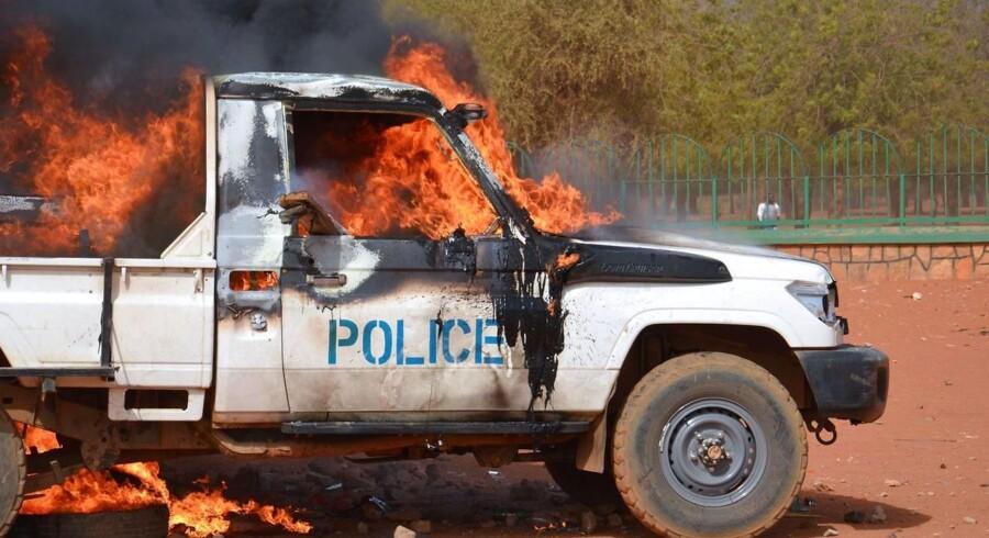 Stærke uroligheder i Niger omkring protester over det franske ugemagasin Charlie Hebdo har kostet 10 mennesker livet.