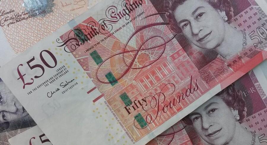 Pund sterling koster mandag middag 1,2166 dollar mod 1,2195 dollar fredag ved dansk lukketid.