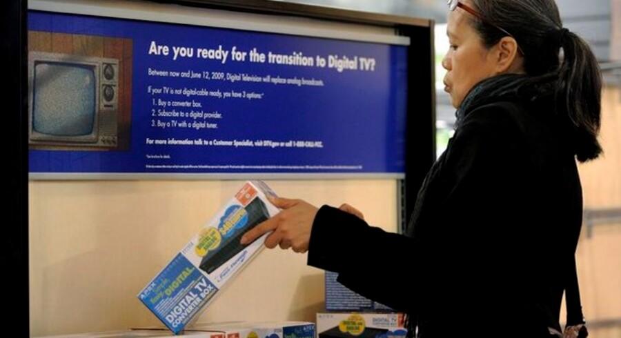 Overalt i verden bliver der solgt massevis af omformerbokse - ellers kan man nemlig ikke se digitalt TV på sin nye fladskærm, hvis der ikke er indbygget en omformer i fjernsynet. Foto: Justin Lane, EPA/Scanpix