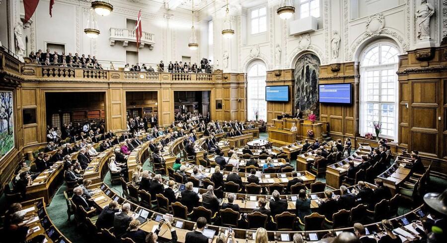 I næste uger bliver der højst sandsynligt fuld hus i folketingssalen, når folketingets medlemmer skal stemme om et mistillidsvotum. Hvis et flertal stemmer for, så skal Eva Kjer Hansen træde tilbage som minister.