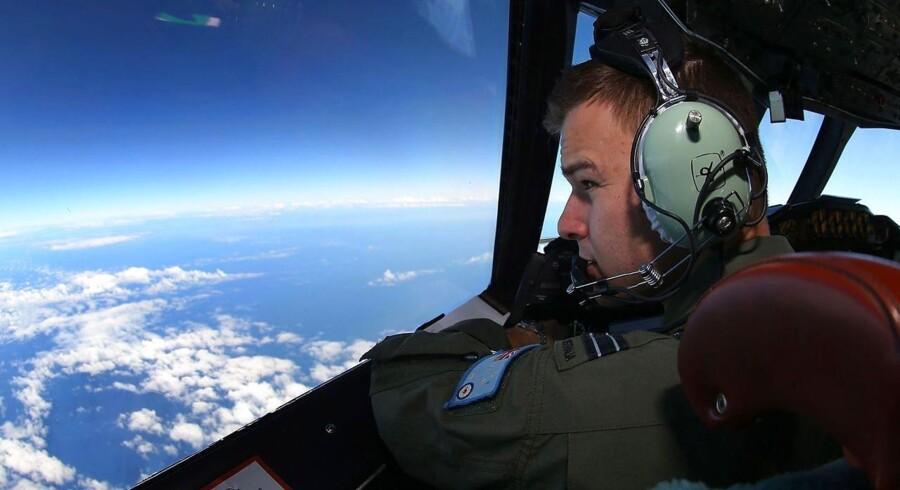 Flyverløjtnant Russell Adams fra det australske luftvåben leder efter spor af MH370 - men med ringe udsigt til, at det lykkes. Foto: Paul Kane/AFP