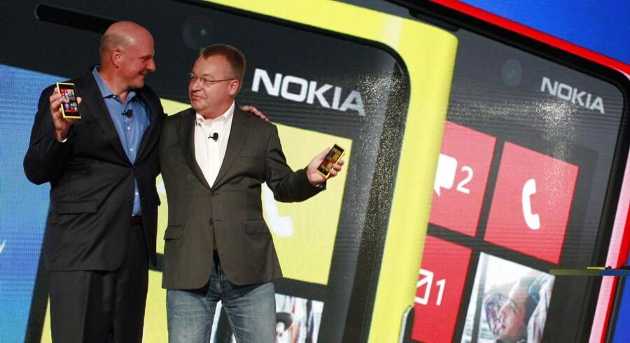 Microsofts afgående topchef, Steve Ballmer (til venstre), og hans nye medarbejder, Nokias topchef Stephen Elop (til højre), i forbindelse med Microsofts køb af den pressede, finske mobilgigant i begyndelsen af september. Arkivfoto: Brendan McDermid, Reuters/Scanpix