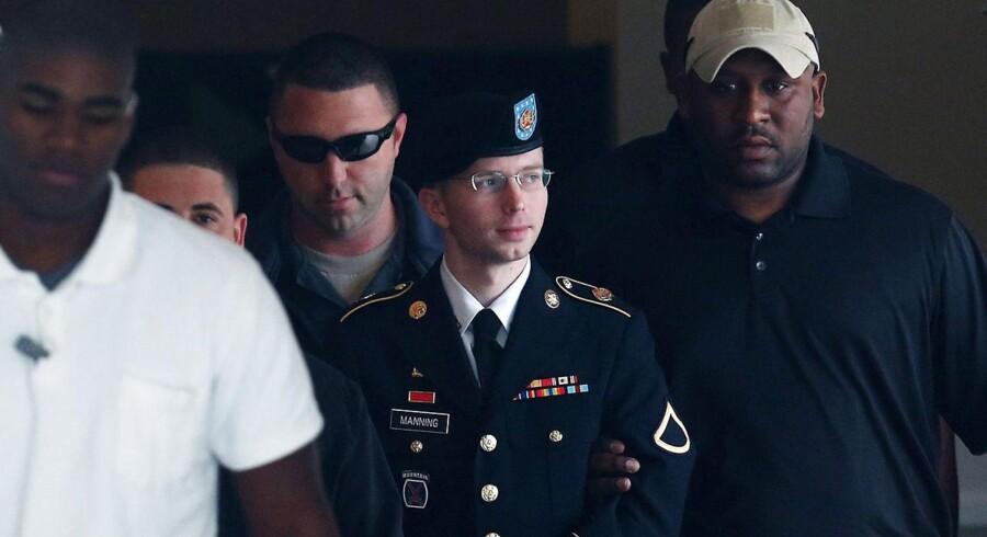 Bradley Manning eskorteres væk fra retssalen i Fort Meade, Maryland.