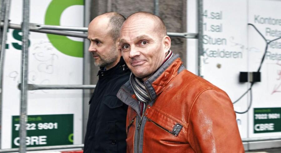 Tilbage i marts 2014 blev Stein Bagger løsladt efter fem års fængsel. Nu stævner Carl Freer folkene bag ny DR-Serie om de forsvundne Stein Bagger-penge.