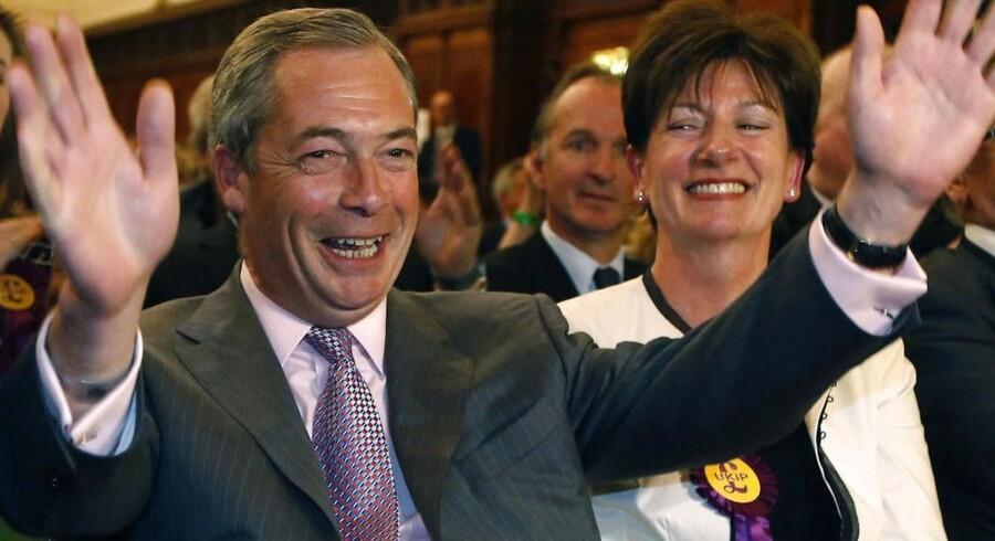 UKIPs leder Nigel Farrage reagerer med glæde, da resultaterne fra EP-valget i Storbritannien kommer frem.