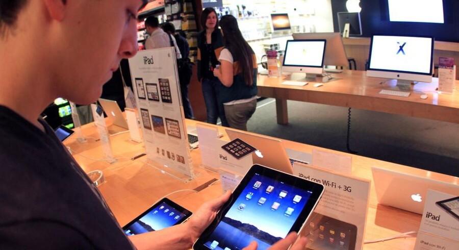 Apples iPad afprøves i en butik. Den er endnu ikke kommet til Danmark. Foto: Matteo Bazzi, AFP/Scanpix