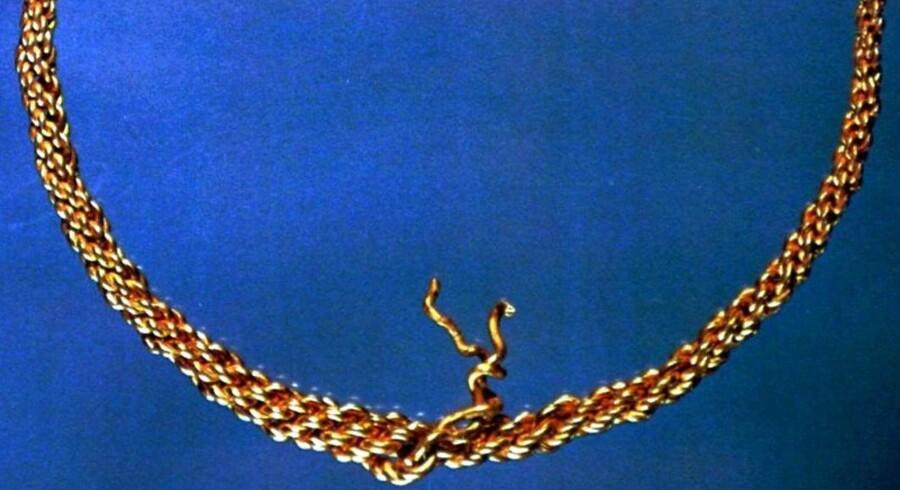 """Den knap to kilo tunge Tissø-ring blev i 1994 stjålet fra udstillingen """"Det klinger i muld"""" på Moesgaard Museum ved Århus. Siden dukkede ringen dog op igen."""
