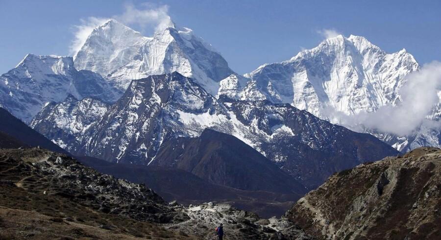 Mindst ti bjergbestigere mistede livet, da jordskælvet i Nepal udløste en stor lavine på Mount Everest. Myndighederne frygter, at dødstallet vil stige.