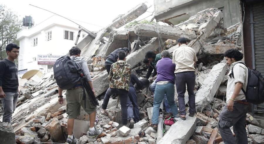 To personer har mistet livet, efter et voldsomt jordskælv ramte Nepal lørdag morgen. Flere bygninger er styrtet sammen, og jordskælvet har medført rystelser i Indien og i New Delhi.