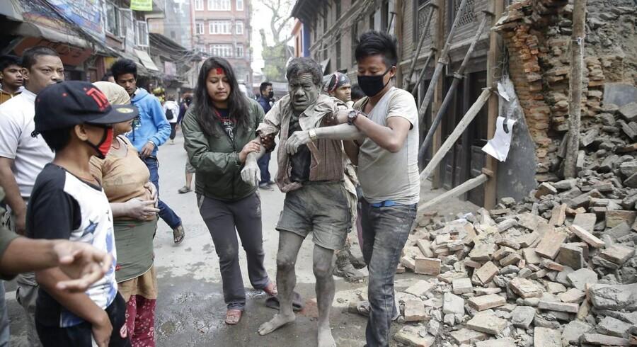 Dødstallet fortsætter med at stige efter lørdagens voldsomme jordskælv i Nepal. Over hundrede meldes dræbt, og flere hundreder frygtes begravet under murbrokker.