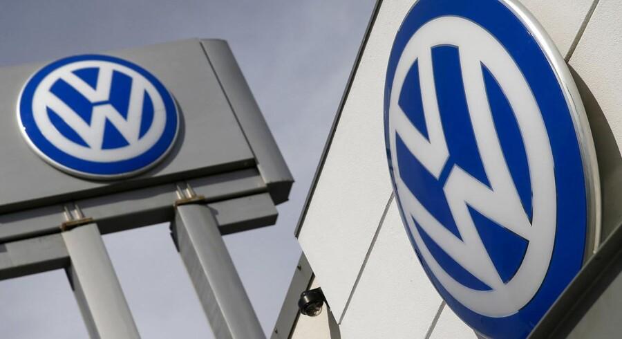 Volkswagens første halvår bød på langt bedre resultater end forudset i markedet. Sådan lyder meldingen fra den skandaleramte tyske bilmager onsdag i en forløber til halvårsregnskabet næste uge, og det får VW-aktien til at springe i vejret.