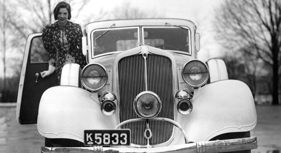 Mens det satdig gik godt: Karen Jønsson blev ofte fotograferet i sin smarte bil.