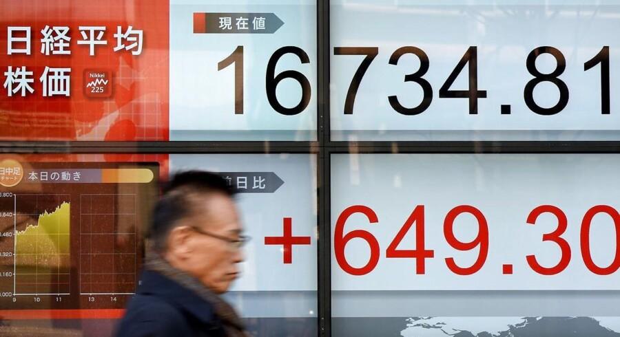 At afbetale gæld med aktier kan være med til at lette de kinesiske selskabers efterhånden store gældsbyrde. AFP PHOTO / Toru YAMANAKA