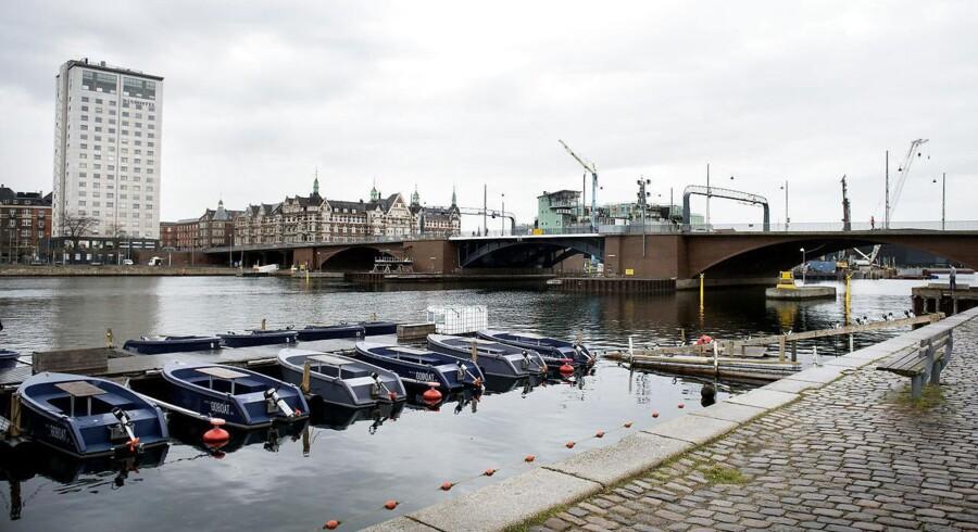 En dødsulykke nær Langebro i københavn kostede to unge kvinder livet, da en eller flere jetski kolliderede med den udlejningsbåd, som de befandt sig i. Begge kvinder er amerikanske statsborgere, ifølge Københavns Politi. Ulykken skete om aftenen lørdag den 6. maj 2017. Senere samme dag anholdte Københavns Politi 9 personer nær Brøndby Havn. En person blev senere løsladt.. (Foto: Liselotte Sabroe/Scanpix 2017)