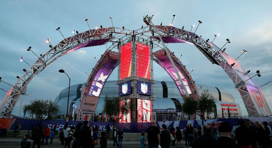 GLENDALE, AZ - JANUARY 31: Fans mingle outside of University of Phoenix Stadium on January 31, 2015 in Glendale, Arizona. Super Bowl XLIX, between the Seattle Seahawks and New England Patriots, will be held at the University of Phoenix Stadium on Febrauary 1, 2015. Christian Petersen/Getty Images/AFP == FOR NEWSPAPERS, INTERNET, TELCOS & TELEVISION USE ONLY ==