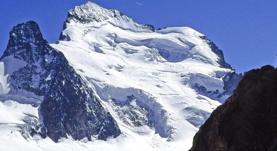 Et arkivfoto af bjerget Dôme de neige des Écrins i de franske alper, hvor syv bjergbestigere er blevet fanget og dræbt af en lavine.
