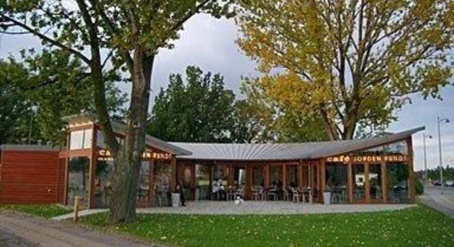 Den karakteristiske café ved Svanemølle er pakket ned i 16 dele. Nu forsøger Lauritz.com at sælge cafeen, der blev tegnet af Kim Utzon i 2001.