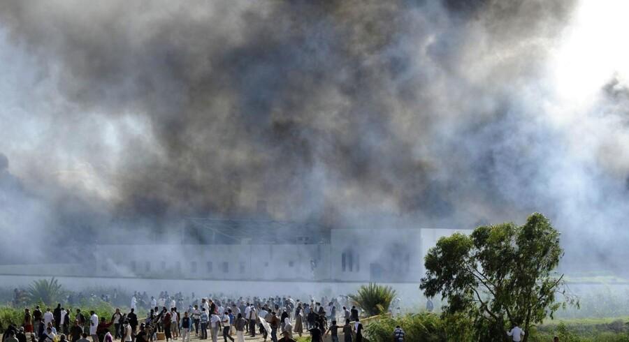 Massive røgskyer står op fra den amerikanske ambassade i Tunis i Tunesien.