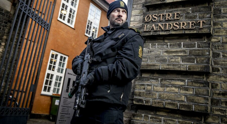 En bevæbnet betjent vogter ved Østre Landsret, hvor Kundby-pigen fredag er blevet dømt for terrorplaner.