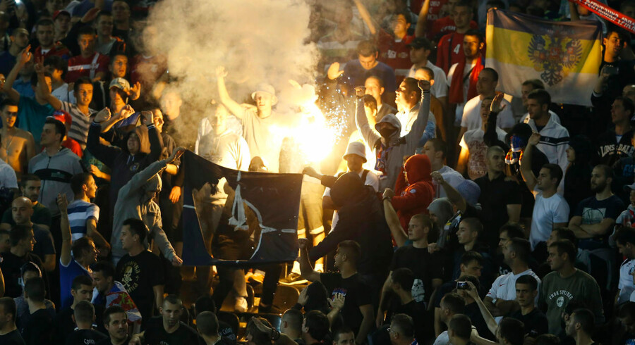 Serbiske fodboldfans satte ild i et NATO-flag under EM-kampen i Beograd mod Albanien.