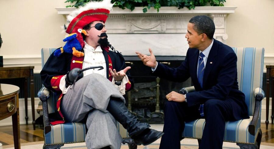 Barack Obamas taleskriver Cody Keenan, t.v., fotograferet i 2009, da han var klædt ud som pirat til en lille film, som Obama brugte i forbindelse med en tale til årlige middag i Det Hvide Hus' korrespondentforening. Foto: Pete Souza