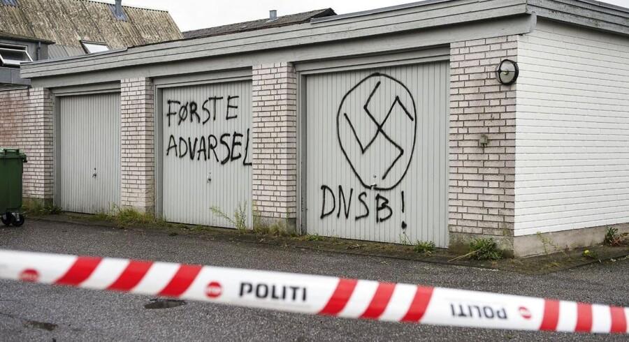 Der er i nattens løb blevet begået groft hærværk mod Røde Kors asylcentret Lyngbygaard i Trustrup på Djursland. Ukendte gerningsmænd har tegnet nazisymboler på centret.