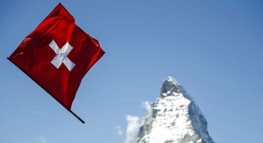 Hvis man vil have en forklaring på hvorfor Nationalbanken herhjemme står last og brast ved fastkurspolitikken skal man blot kaste et blik mod Schweiz.