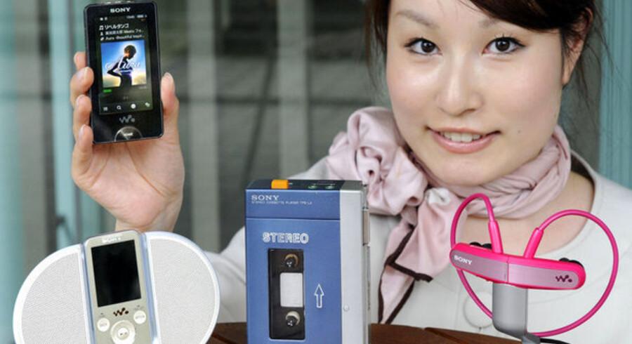 Det er miljøvenligt med digital musik. Her fremviser den japanske elektronikgigant Sony i begyndelsne af juli sin første stereokassetteafspiller Walkman TPS-L2 (i midten) og de nylige musikafspillere på Sonys museum i Tokyo. Sony lancerede Walkmanen for 30 år siden. Foto: Yoshikazu Tsuno, AFP/Scanpix