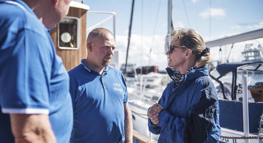 Den glade giver, Christina Sørensen Lötter, tager her en sludder med besætningsmedlemmerne Jørgen Bach (i midten) og kaptajn Michael Pedersen (til højre).