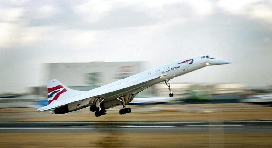 Passagerer i et fly skal være evakueret efter sammenstød i Europas største lufthavn, skriver Reuters.