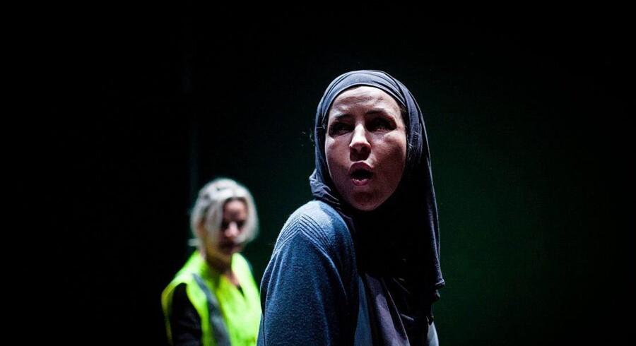 Opera for de tungnemme: Cecilia Lindwall som flygtningen Anne i Eva Noer Kondrups »Den Rejsende«. I baggrunden Anna Einarsson. Foto: Emil Brøbech