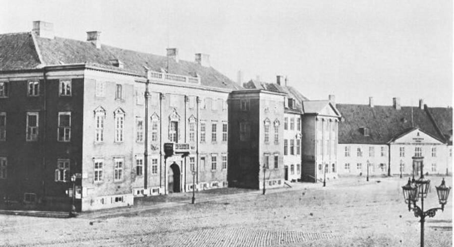 Kongens Nytorv med Charlottenborg og Harsdorffs Palæ til venstre og i baggrunden det gamle ?kanonstøberi Gjethuset. Foto fra omkring 1870, København før og nu – og aldrig
