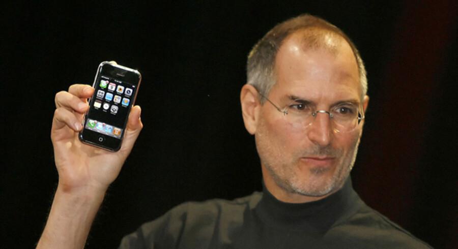 Steve Jobs, som de mange fans kender ham bedst – i centrum for en stor konference i Apples hovedkvarter, hvor han har banebrydende nyheder på hjerte hvert år. Men vil det være det samme uden ham, spørger analytikere og aktionærer, efter at Jobs er blevet alvorligt syg og har fået en levertransplantation.