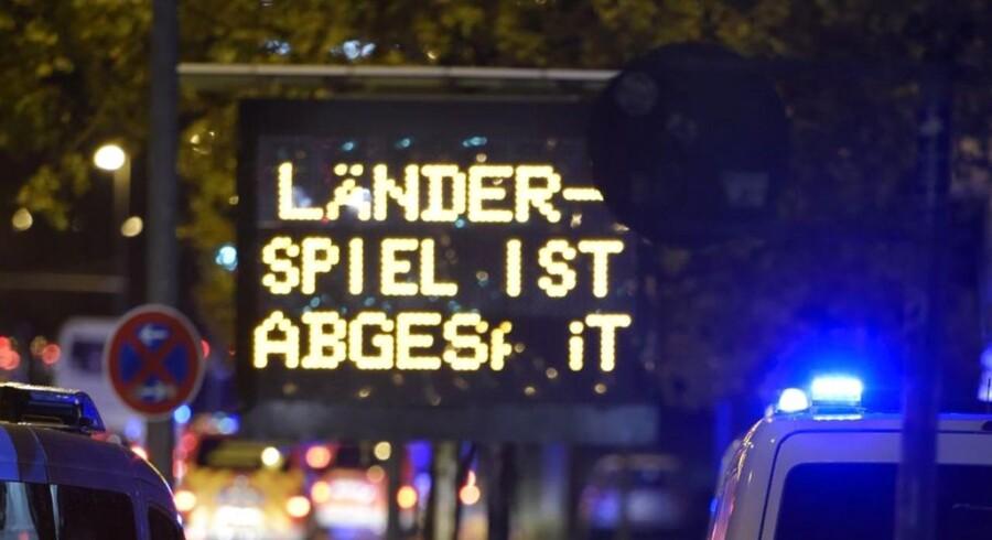 Tysk politi holder vagt, mens tilskuere forlader fodboldstadionet i Hannover, hvor Tyskland og Holland skulle have spillet landskamp.