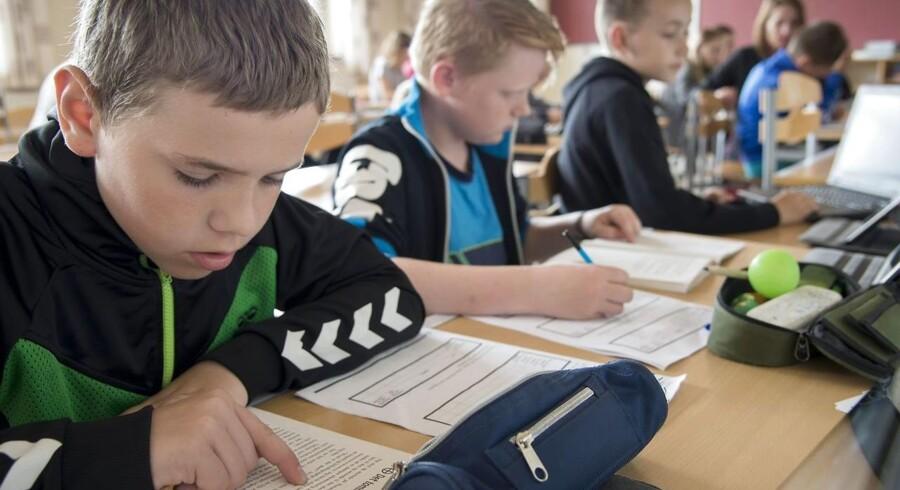 Børnene skal nu gå i skole op til 35 timer om ugen, men det er for meget, mener mange forældre. Her børn fra Holmsland Skole i Ringkøbing.
