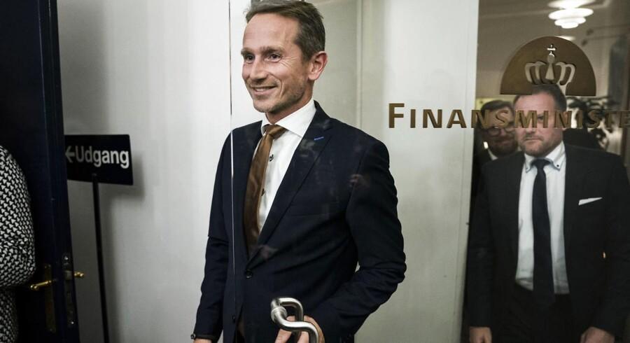 Efter adskillige dages uro lykkedes det regeringen og Dansk Folkeparti at lande en finanslov sent fredag aften. Finansminister Kristian Jensen (V) og de øvrige forhandlingspartnere kunne synes lettede og glade over at komme i mål med en finanslov i sidste øjeblik – men det kaotiske forløb er langt fra slut.