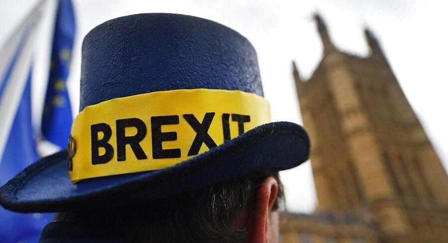 EU og Storbritannien regner med at have en endelige skilsmisseaftale klar inden for tre uger. De største forhindringer i Bruxelles er størrelsen på Storbritanniens økonomiske bidrag til EU efter brexit - og krisen i Nordirland.