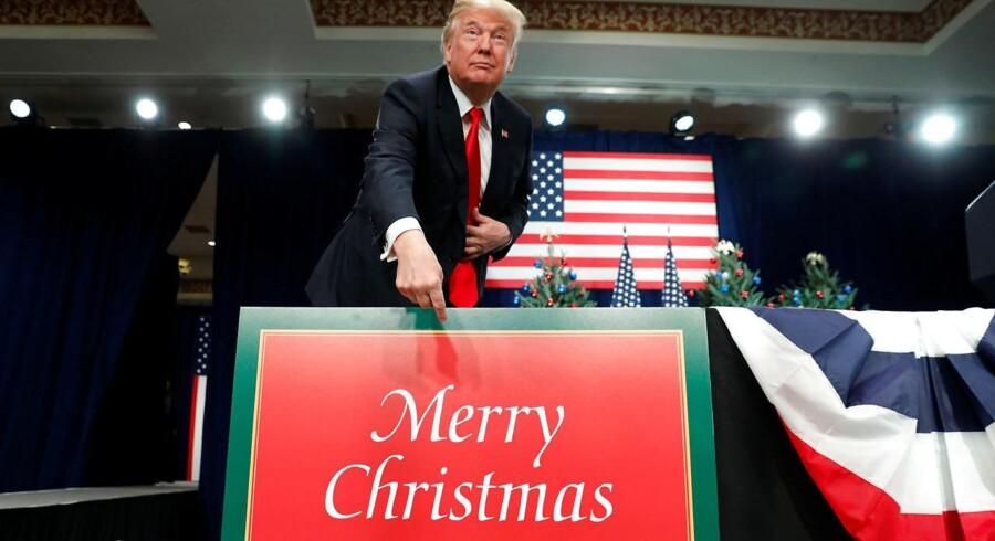 USAs præsident, Donald Trump, har gjort det til en del af sin værdikamp, at man skal sige sige »glædelig jul« igen. Her i forbindelse med en tale, som han holdt for nylig i St. Louis, Missouri. REUTERS/Kevin Lamarque