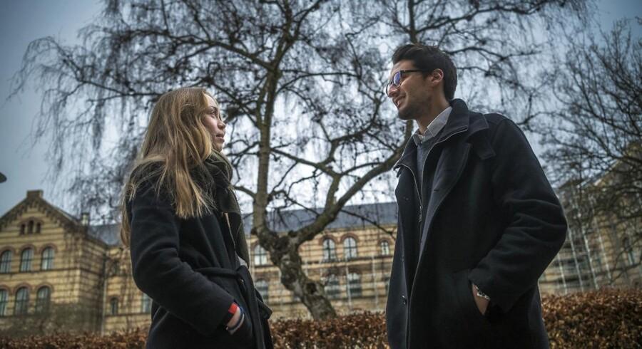 Emma Wæge og Lukas Beyer læser statskundskab på Københavns Universitet. De har ikke lagt mærke til, at de kvindelige studerende på lige præcis deres studie skulle få højere karakterer end mænd. Men ved nærmere eftertanke kommer det ikke bag på dem, at det generelt forholder sig sådan på universiteterne. »I gymnasiet tænke jeg over, at mange piger fik høje karakterer«, siger Lukas Beyer. »Før eksamen er kvinder gode til at få læst op på pensum og være godt forberedt«, siger Emma Wæge.