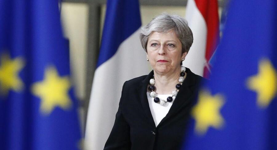 Theresa May måtte blive en ekstra dag i Bruxelles på grund af usikkerheden om den amerikanske præsident Donald Trumps varslede straftold. EPA/JULIEN WARNAND