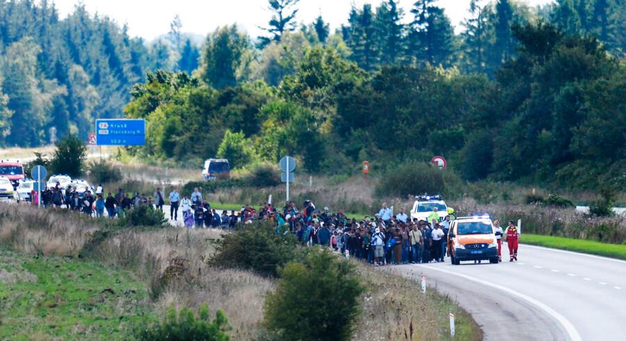 ARKIVFOTO Vandrende flygtninge spærrer den sønderjyske motorvej E45 onsdag d. 9. september 2015- - Se RB 09-02-2016 00:59- - Fotograf var i færd med at tage billeder af de 300 flygtninge, der gik på motorvejen. Nu skal han i retten. En fotograf fra Politiken hives nu i retten, efter at han 9. september sidste år valgte at ignorere politiets anvisninger på den Sønderjyske Motorvej. (Foto: Claus Fisker/Scanpix 2015)